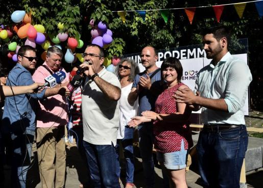 El candidato de Unidos Podem Més al Congreso por Baleares, Juan Pedro Illanes (3i), hace declaraciones en el inicio de campaña de la candidatura a las elecciones generales del 26 de junio.