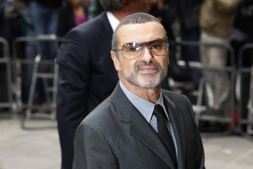 George Michael, a su llegado hoy al tribunal que lo ha condenado a ocho semanas de cárcel.