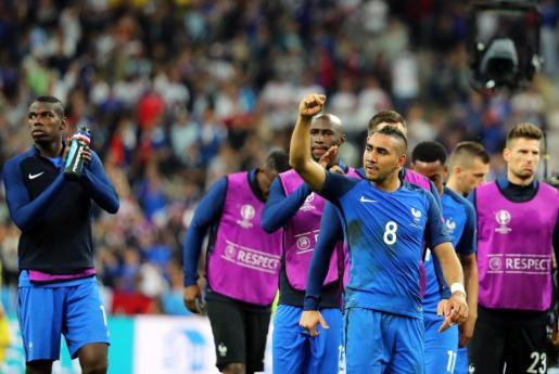 El jugador de la selección francesa Dimitri Payet (C) celebra su gol.
