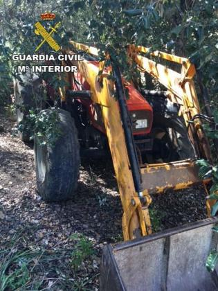 Uno de los objetos sustraídos por lo detenidos era un tractor.