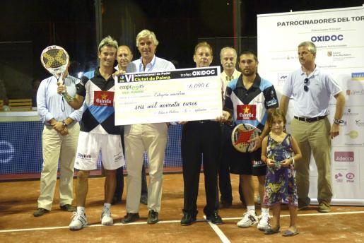 José Antonio Asensio y Miguel Vaquer entregan el cheque a los triunfadores del torneo: Miguel Lamperti y Matías Díaz.
