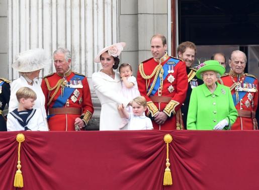 De izquierda a derecha: Camilla, duquesa de Cornwall, Charles, príncipe de Gales; Catherine, duquesa de Cambridge sosteniendo a la princesa Charlotte; el príncipe George; el príncipe William, duque de Cambriedge; el prícipe Harry de Gales; la reina Isabel II y el príncipe Philip, duque de Edinburgo.