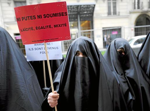 Imagen de una concentración en París del colectivo femenino «Ni Putes, Ni soumises» contra el uso del burka.