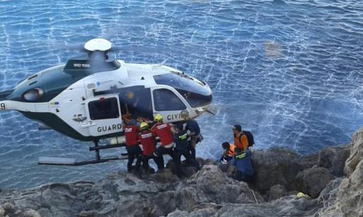 Efectivos de los equipos de emergencia durante un rescate en un acantilado.