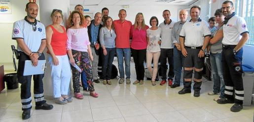 Foto de familia de las autoridades y el equipo del 061 Salut Respon durante una visita de la consellera de Salut, Patricia Gómez.