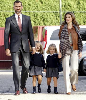 Las infantas Leonor y Sofía, acompañadas por los príncipes de Asturias, a su llegada al colegio Santa María de los Rosales.