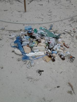 Suciedad en la playa des Pregons Petit.