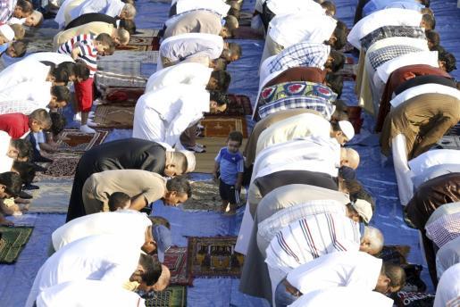 Un grupo de fieles musulmanes reza pacíficamente durante el Ramadán. Por el contrario, Dáesh ha llevado las tradiciones musulmanas al extremo más radical.