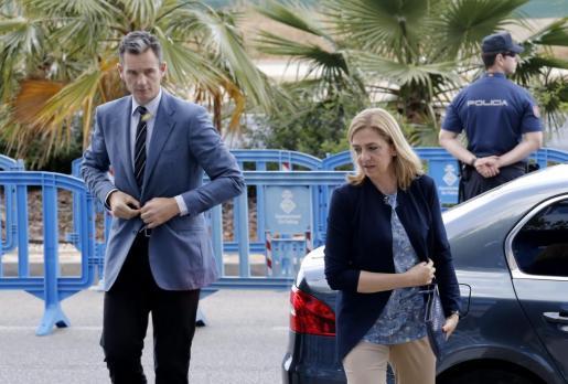 La infanta Cristina y su marido, Iñaki Urdangarin, a su llegada a la EBAP.