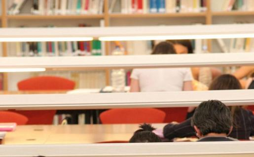 Jóvenes estudiando en la biblioteca en el edificio Jovellanos de la UIB.