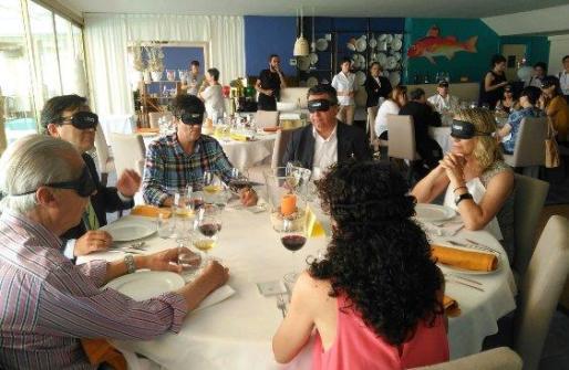 Los comunicadores sentados a la mesa con el antifaz, preparados para degustar su desayuno a ciegas.