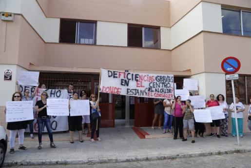 Las familias acudieron a la concentración con pancartas y silbatos.