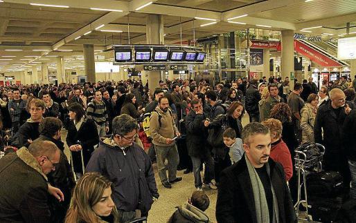 Miles de pasajeros se quedaron en tierra en diciembre de 2010 tras el abandono masivo de sus puestos de trabajo por parte de los controladores aéreos.