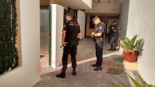 Agentes de la Policía Nacional, durante el registro llevado a cabo en la calle Bartomeu Fons.