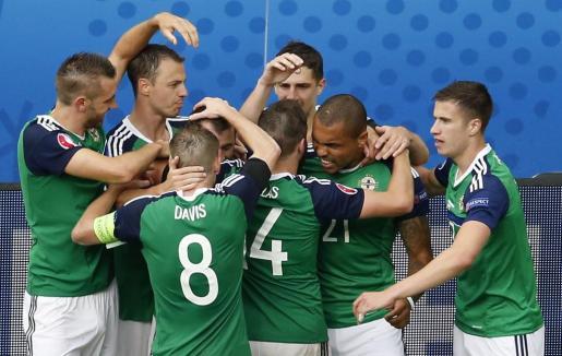 Los jugadores de Irlanda del Norte celebrando la victoria ante Ucrania.