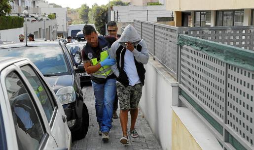 Uno de los detenidos en Cala Major es trasladado a las dependencias policiales.