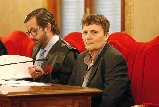 Marcos Ferragut, sentado junto a su abogado, Tomeu Salas.