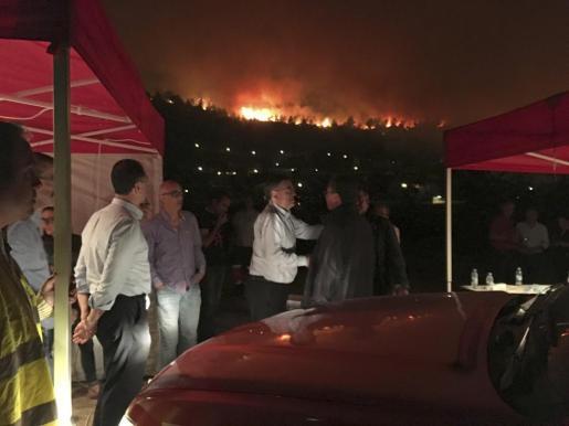 El incendio forestal de Carcaixent (Valencia) ha obligado a evacuar a pacientes del Hospital de Aguas Vivas y a desalojar la urbanización Les Barraques.