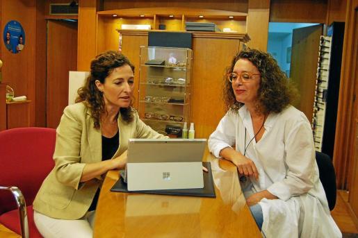 Teresa Quero, de Banco Sabadell, visitó días atrás a Pilar Sampedro en su negocio, Óptica Jena, para tratar algunos temas del banco.