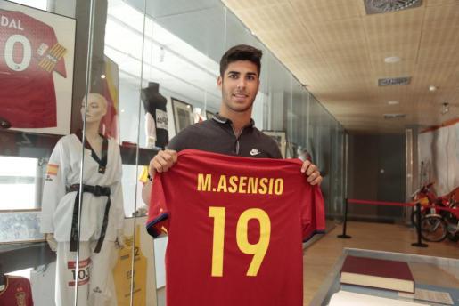 Marco Asensio ha donado este viernes al Centro de Interpretación del Deporte de las Illes Balears la camiseta con la que disputó su primer partido con «la Roja».