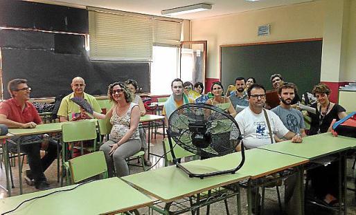 Un grupo de docentes posa con abanicos y un ventilador en un aula del IES Son Pacs.