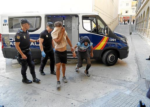 Policías nacionales custodian a dos presuntos narcos en Vía Alemania.
