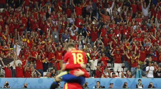 La afición española celebra uno de los goles del equipo, durante el partido España-Turquía. Foto: Kai F