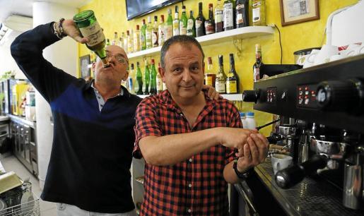 Los músicos Luis Arboledas y Joan Barceló, miembros de Orrifar, momentos antes de la entrevista, en una cafetería de Palma.