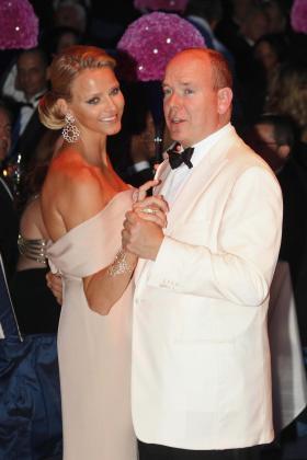 Alberto de Mónaco con su prometida, la ex nadadora sudafricana Charlene Wittstock.