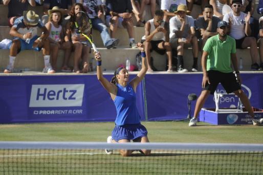 La francesa Caroline Garcia celebra el título.