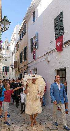 A las 9 de la mañana resonó el primer 'toc de tambor i fabiol' en la casa señorial de Lorenzo de Salort y después los 'caixers' con s'Homo des Be recorrieron la ciudad y realizaron 110 visitas.