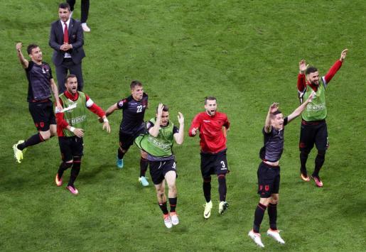 Los jugadores de Albania celebran la victoria ante Rumanía.
