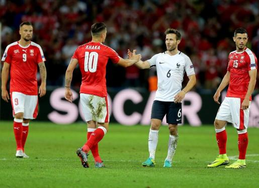 Los jugadores de Francia y Suiza se saludan al finalizar el partido.