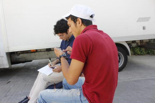 Uno de los refugiados que llegó con el primer grupo de sirios explica su viaje al periodista de 'Ultima Hora' Guillermo Esteban.