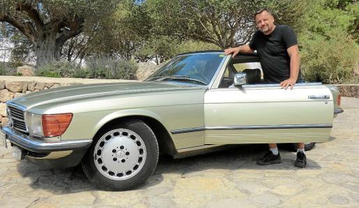 Santiago Fullana, junto a su precioso Mercedes 280 SL de 1981.
