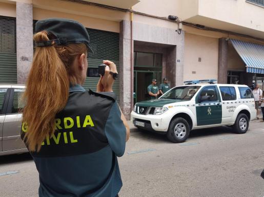 Agentes de la Guardia Civil, durante el registro en la calle Eivissa de Palma.