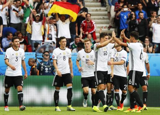 Los jugadores de la selección alemana celebran el gol que les ha dado la victoria por 0-1 ante Irlanda del Norte.