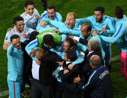 Los jugadores de Turquía celebrando la victoria.