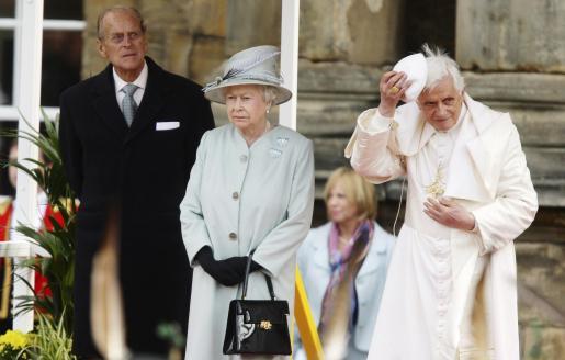 """Benedicto XVI, junto a la reina de Inglaterra y su """"diplomático"""" marido, ayer en Edimburgo."""