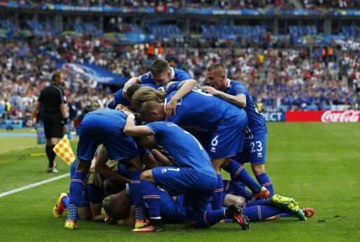 Los jugadores de la selección islandesa celebran uno de los dos goles anotados ante Austria (2-1) que les han permitido clasificarse para los octavos de final de la Eurocopa.