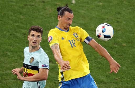 Zlatan Ibrahimovic y Thomas Meunier durante un lance del encuentro.