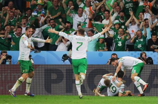 Los jugadores de Irlanda celebran su triunfo ante Italia.