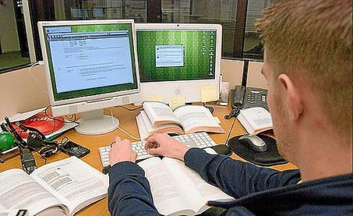 Un estudiante frente al ordenador.