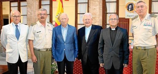 Roberto Ortiz, Teodoro Pou, Jesús Rodríguez Saiz, el obispo Javier Salinas, el párroco castrense, Manuel Redondo; y el comandante general de Balears, Juan Cifuentes.
