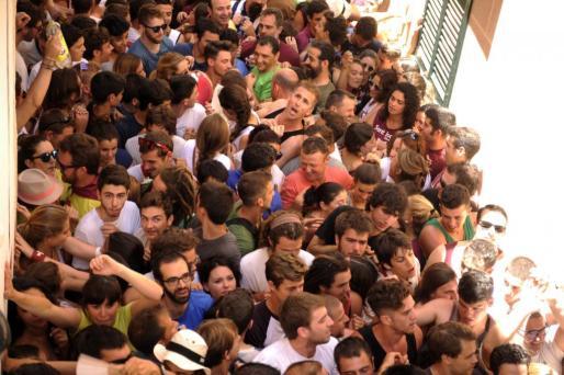 La multitud se concentra en la calle para ver el 'primer toc de fabiol' que da por iniciadas las fiestas de Sant Joan en Ciutadella.