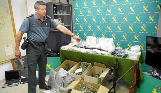 La droga, el dinero y el material intervenido fueron expuestos este jueves a la prensa en el cuartel de la Guardia Civil de Manacor.