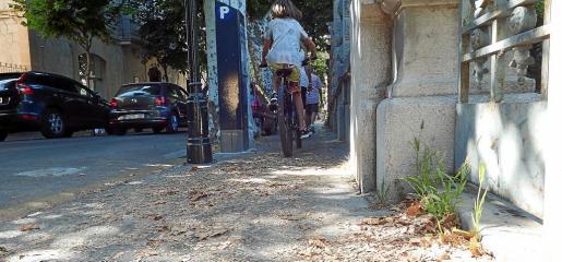 Imagen de una acera de la calle Gran Via de Sóller tomada esta semana.