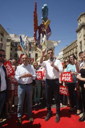 El secretario general del PSOE, Pedro Sánchez (d), y el alcalde de Alicante, Gabriel Echávarri (i), en la hoguera ganadora este año 'Neo-mística', durante la visita que ha realizado a los principales monumentos levantados en las fiestas de las Hogueras de Alicante, dentro de la campaña para las elecciones generales del 26J.