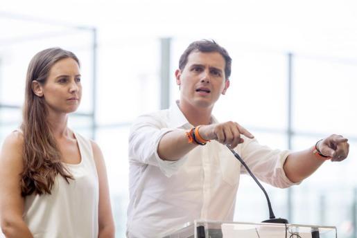 El candidato de Ciudadanos a la Presidencia del Gobierno, Albert Rivera, junto a la cabeza de lista al Congreso por Santa Cruz de Tenerife, Melisa Rodríguez.