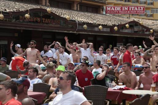 Un grupo de turistas británicos sigue un partido de la selección inglesa de fútbol en Magaluf.